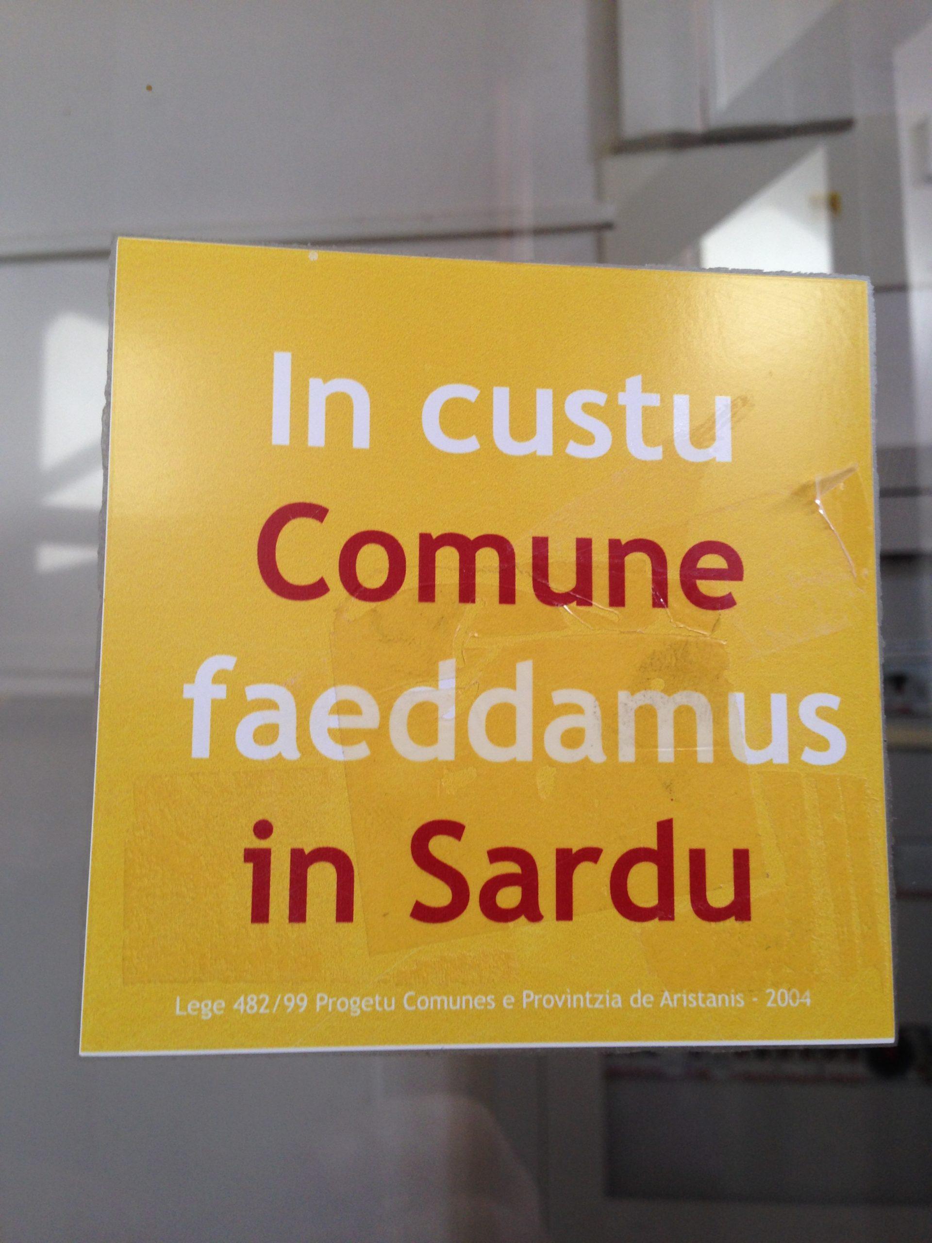 Chie no iscriet in istandard faghet folclore, non limba