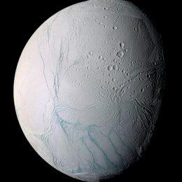 Enceladus: vida b'at in custa luna de Saturnu?